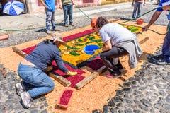 Haciendo serrín teñido la alfombra santa de jueves, Antigua, Guatemala Fotografía de archivo libre de regalías