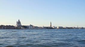 Haciendo turismo en Venecia, opinión sobre las atracciones del barco turístico, viaje del agua almacen de video