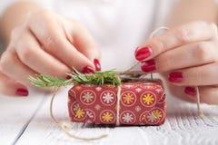 Haciendo y adorne la caja de regalo hecha a mano de la Navidad en fondo de madera Foto de archivo libre de regalías