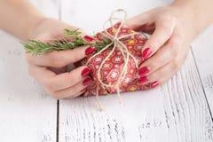 Haciendo y adorne la caja de regalo hecha a mano de la Navidad en fondo de madera Fotografía de archivo