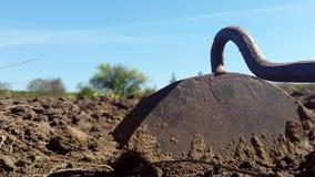 Hacka på jordningen Gammalt hjälpmedel för att odla jorden stock video