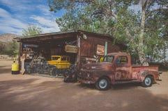 Hackberry, Аризона, США - 19-ое июня 2014: Старые бензозаправочная колонка и магазин с винтажными автомобилями на трассе 66 Стоковая Фотография RF