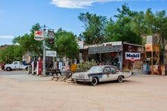 Hackberry, Arizona, usa - Czerwiec 19, 2014: Stara stacja benzynowa i sklep z roczników samochodami na trasie 66 Zdjęcia Royalty Free