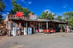 Hackberry Arizona, USA - Juni 19, 2014: Den gamla bensinstationen och shoppar med tappningbilar på Route 66 Arkivbild