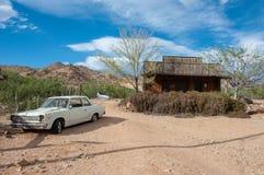 Hackberry Arizona, USA - Juni 19, 2014: Den gamla bensinstationen och shoppar med tappningbilar på Route 66 Arkivbilder