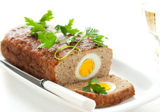 Hackbraten mit gekochten Eiern Stockbild