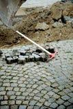 Hacke nahe Granitblöcken Lizenzfreie Stockfotografie