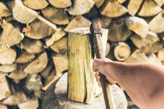 Hacken der ersten Personenansicht des Holzes Stockbilder