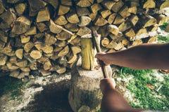Hacken der ersten Personenansicht des Holzes Lizenzfreies Stockbild
