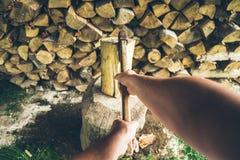 Hacken der ersten Personenansicht des Holzes Stockfoto