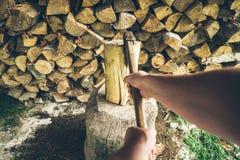 Hacken der ersten Personenansicht des Holzes Stockfotos