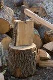 Hacken des Holzes Stockbild