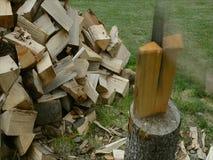 Hacken des Holzes auf dem Block stock video