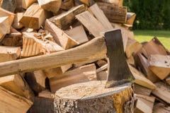 Hacken des Holzes auf dem Block Lizenzfreies Stockbild