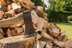 Hacken des Holzes auf dem Block Stockfotos