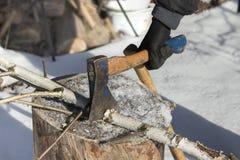 Hacken des Holzes für Brennstoff lizenzfreie stockfotos