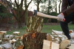 Hacken des Holzes mit Axt stockbilder