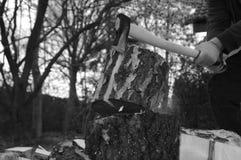 Hacken des Holzes mit Axt lizenzfreie stockfotografie