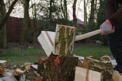 Hacken des Holzes mit Axt stockbild