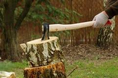 Hacken des Holzes mit Axt stockfoto