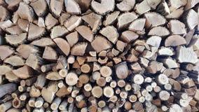 Hacken des Holzes mit einer Axt Hintergrund Stockfotografie