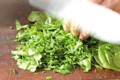Hacken des Salats mit Messer Lizenzfreie Stockbilder