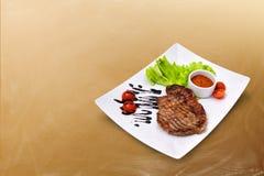 Hacken Sie das Rindfleisch mit Gemüse Lizenzfreie Stockfotos