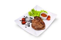 Hacken Sie das Rindfleisch mit Gemüse Stockbild