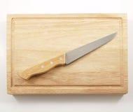 Hackender Vorstand mit Messer lizenzfreie stockbilder