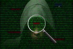 Hacker über einem Schirm mit binär Code und Warnungen Lizenzfreie Stockbilder