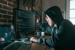 Hacker angehobenes Kreditkartefeiern erfolgreich stockfotografie