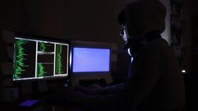 Hacker arbeitet am Computer stock footage