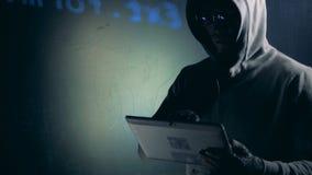 Hacker arbeitet mit Tablette beim System, Abschluss oben knacken stock video footage
