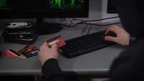Hacker Company Ein Hacker bereitet sich für das Brechen von Finanzbuchhaltungskonten vor Ein Mann gibt schnell Informationen mit  stock footage