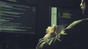 Hacker concentrado que racha um base de dados video estoque