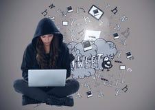 Hacker da mulher que usa um portátil na frente dos desenhos Foto de Stock