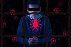 Hacker de computador e criminoso anônimos prendidos do cyber com as algemas que vestem a cara escondendo do revestimento encapuça Foto de Stock Royalty Free
