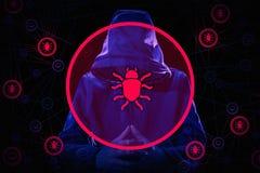 Hacker de computador e criminoso prendidos do cyber com as algemas que vestem a cara escondendo do revestimento encapuçado Foto de Stock