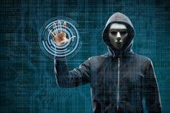 Hacker de computador na máscara e hoodie sobre o fundo binário abstrato Cara escura obscurecida Ladrão dos dados, fraude do Inter foto de stock royalty free