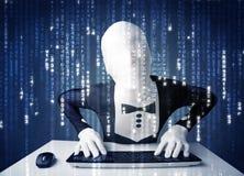 Hacker in den Körpermasken-Decodierungsinformationen vom futuristischen Netz Stockfoto