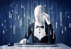 Hacker in den Körpermasken-Decodierungsinformationen vom futuristischen Netz Lizenzfreies Stockfoto