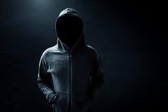 Hacker, der allein steht Stockfotografie