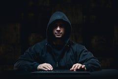 Hacker, der auf Internet stiehlt Lizenzfreie Stockfotos