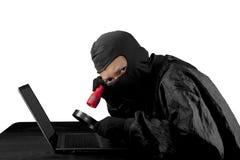 Hacker, der Blitzlicht und Lupe verwendet Lizenzfreies Stockbild