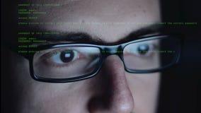 Hacker, der an Computer arbeitet stock video