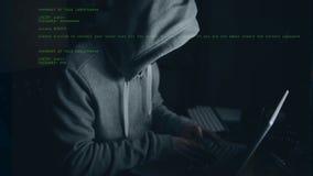Hacker, der an Computer arbeitet stock video footage