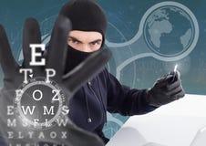 Hacker, der eine Kreditkarte hält und seinen Arm vor digitalem Hintergrund verlängert Stockfotografie