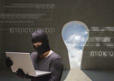Hacker, der einen Laptop in einem wenig Raum mit einem Ausgang schaut als Schlüssel verwendet Lizenzfreies Stockbild