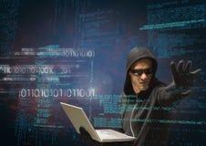 Hacker, der einen Laptop hält und seinen Arm vor digitalem Hintergrund verlängert Stockfotos