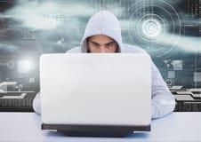 Hacker, der einen Laptop vor digitalem Hintergrund verwendet Stockfoto